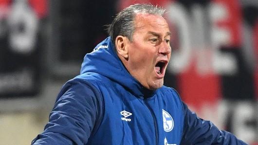 Huub Stevens trainiert die Mannschaft des FC Schalke 04 noch bis Saisonende.