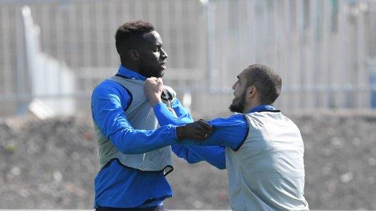 Im Training des FC Schalke 04 gerieten Nabil Bentaleb (r.) und Salif Sané aneinander.