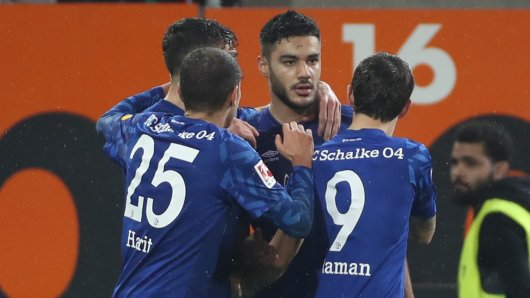 Ozan Kabak (m.) bejubelt sein erstes Tor für den FC Schalke 04.