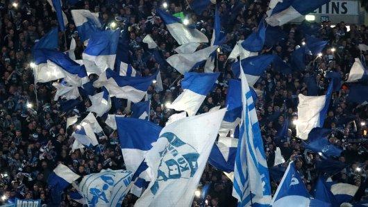 Die Fans des FC Schalke 04 feiern eine große Geste ihres Klubs.