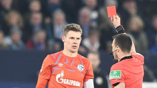 Alexander Nübel, Torwart des FC Schalke 04, hat sich für sein brutales Foul an Matja Gacinovic entschuldigt.