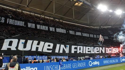 Vor dem Spiel gegen den SC Freiburg verabschiedete die Nordkurve sich mit einer großen Choreo vom verstorbenen Fan.