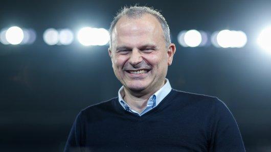 Jochen Schneider vom FC Schalke 04 musste eine fiese, aber lustige Spitze hinnehmen.