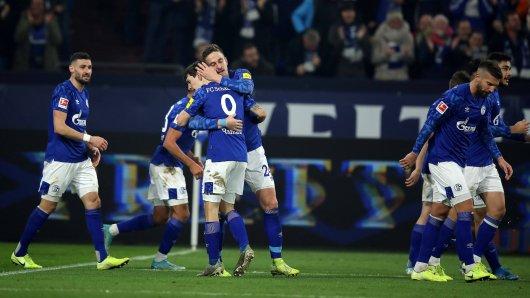 Bastian Oczipka umarmt Benito Raman nach dem Treffer zum 2:0 gegen Borussia Mönchengladbach.