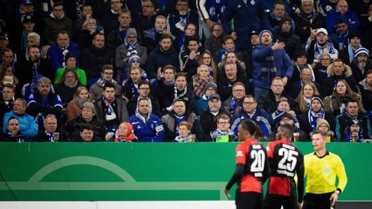 Schalker Fans lassen ihrem Unmut gegenüber Jordan Torunarigha und Dedryck Boxata freien Lauf. Teile der Anhänger sollen Torunarigha rassistisch beleidigt haben.