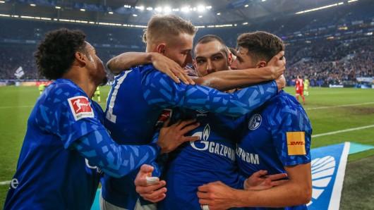 Ahmed Kutucu wird nach seinem Führungstreffer gegen den SC Paderborn von seinen Mitspielern geherzt.