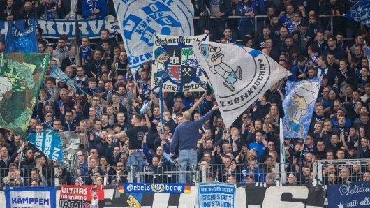 Die Fans des FC Schalke 04 amüsierten sich köstlich über eine misslungene Aktion des Gegners.