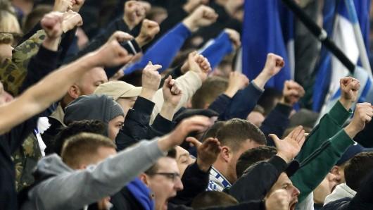 Die Fans des FC Schalke 04 sind ziemlich sauer. Jetzt rudert der Verein zurück (Symbolfoto)