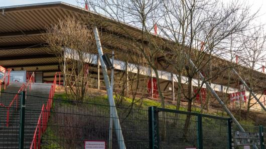 Fans sollen bei Union Berlin - FC Schalke 04 in die Bäume geklettert sein, um das Spiel sehen zu können. Zudem hörte man Gesänge.