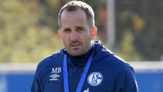 FC Schalke 04: Trainer Manuel Baum führt intensive Gespräche mit den Spielern.