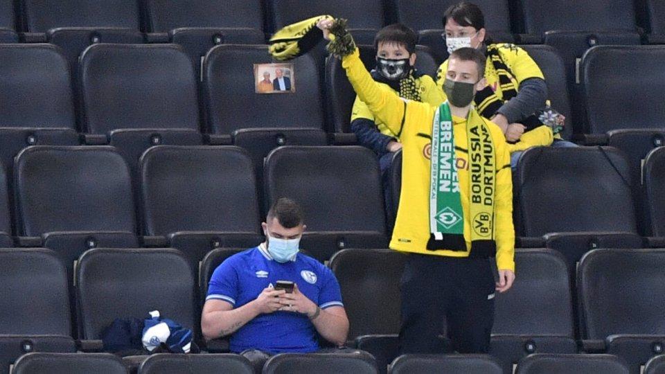 FC Schalke 04: Ein einzelner S04-Anhänger unter Dortmundern.