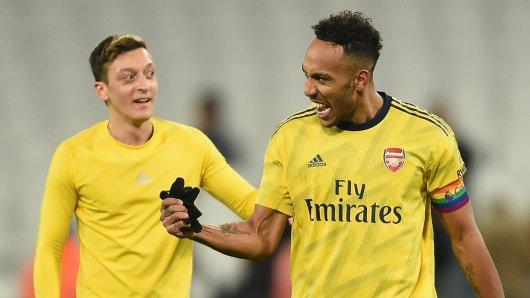 Mesut Özil wird von Kapitän Pierre-Emerick Aubameyang verabschiedet.