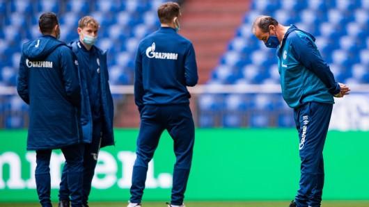 Eine letzte Verbeugung: Huub Stevens (r.) gibt sein letztes Amt beim FC Schalke 04 auf.
