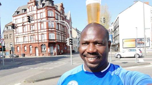 Er ist dafür bekannt, Bier auf seinem Kopf zu balancieren. Mohammed Mohammed Albarnawe ist glühender Schalke-Fan und spricht im Interview darüber, wie er unter den Anhängern der Königsblauen Kult geworden ist.