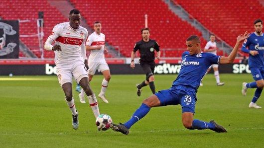 FC Schalke 04: Ein Zweikampf ähnlich wie dieser zwischen Wamangituka und Thiaw sorgte für Diskussionen.