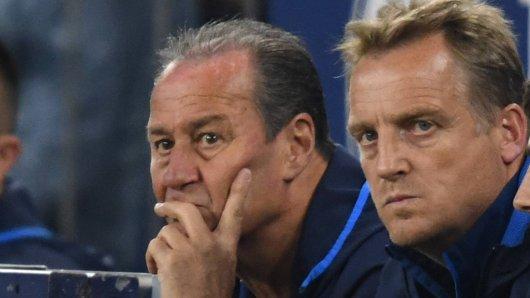 Beim FC Schalke 04 übernimmt überraschend doch Mike Büskens (r.) das Training am Montag.