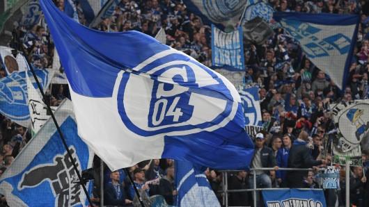 Unter den Fans des FC Schalke 04 ist ein Streit wegen eines neuen Trikots entbrannt.