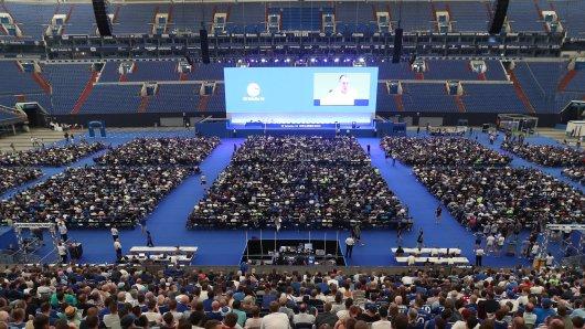 Der FC Schalke 04 will seine Mitgliederversammlung im zweiten Anlauf als Präsenzveranstaltung organisieren.