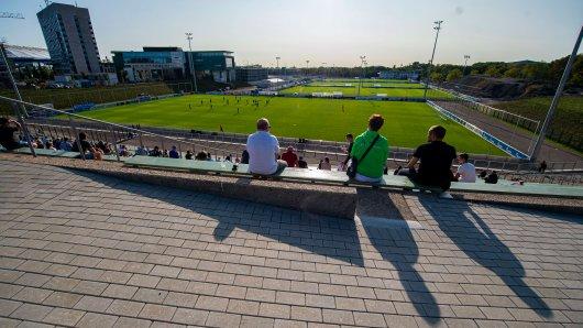 Das Testspiel des FC Schalke 04 gegen Landesligist PSV Wesel-Lackhausen findet vor 1000 Zuschauern statt. (Symbolbild)