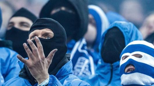 Beim FC Schalke 04 attackierte und verletzten S04-Anhänger zwei Gästefans. (Symbolfoto)