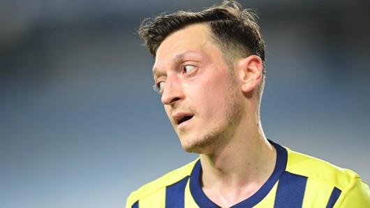 Mesut Özil begeht einen Fehler.