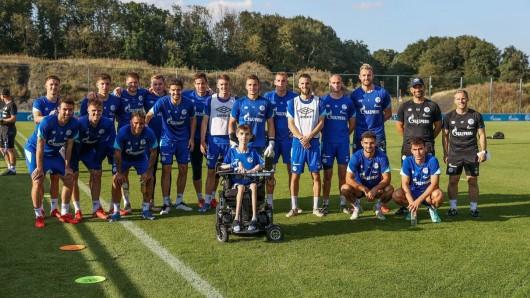 Die Schalker Mannschaft gemeinsam mit S04-Fan Malte.