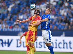 Muntere Anfangsphase zwischen dem FC Schalke 04 und dem Karlsruher SC.