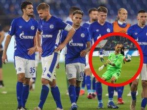 Der FC Schalke 04 kann nicht den dritten Sieg in Folge einfahren. Gegen den Karlsruher SC setzt es eine bittere 1:2-Heimniederlage, bei der eine Szene für ordentlich Diskussionsstoff sorgte.