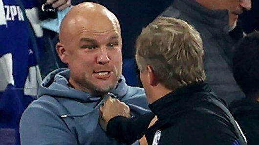 FC Schalke 04: Rouven Schröder und Mike Büskens an der Seitenlinie.