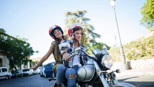 Pärchen auf einem Motorrad