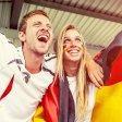 Mann und Frau freuen sich über Fußball-EM.