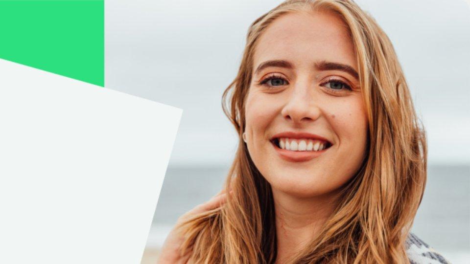 Junge Frau mit hellbraunen Haaren lächelt.