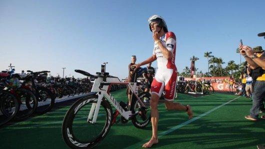 Jan Frodeno beim Wechsel auf das Fahrrad.