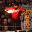 Ein BVB-Fan mit einer Sturm-Haube, die das Hooligan-H zeigt, das Markenzeichen von 0231 Riot.
