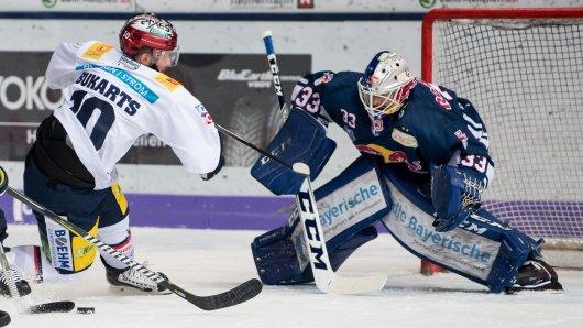 Es geht um was beim Eishockey: Berlins Rihards Bukarts (l) schießt auf das Tor des Mücheners Danny Aus Den Birken