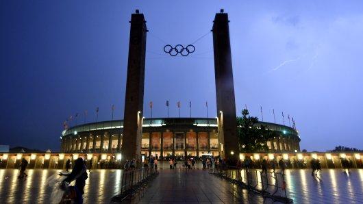 Das Berliner Olympiastadion vor dem gewittrigen Abendhimmel