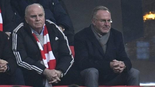Bayern Münchens Präsident Uli Hoeneß (l.) bedient auf der Tribüne.
