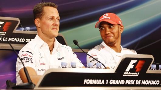Michael Schumacher (l.) und Lewis Hamilton bei einer Pressekonferenz im Rahmen des Formel-1-Rennens in Monaco 2012.