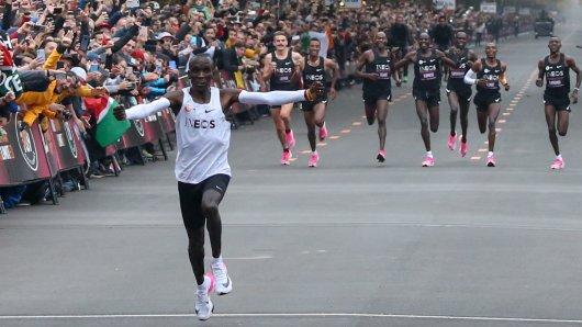 Marathon-Geschichte: Eliud Kipchoge ist als erster Mensch die 40,195 Kilometer in unter 2 Stunden gelaufen.