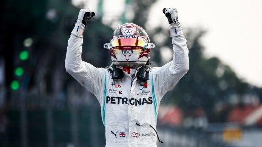 Lewis Hamilton bejubelt den Sieg in Mexiko.