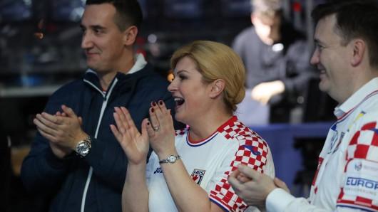 Staatspräsidentin Kolinda Grabar-Kitarovic feuerte Kroatiens Nationalmannschaft beim Finale der Handball-EM 2020 auf der Tribüne lautstark an. Genützt hat es nichts.