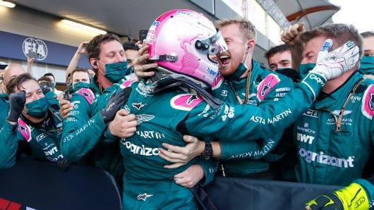 Seltene Bilder in der Formel 1: Sebastian Vettel im Jubelrausch und ein geknickter Lewis Hamilton.