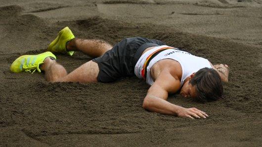 Schock bei Olympia 2021: Ein Zehnkämpfer verletzte sich beim Weitsprung schwer.