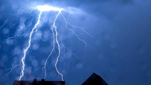 Schon innerhalb der bächsten Stunde könnten Gewitter über das Ruhrgebiet hinwegfegen. (Archivbild)