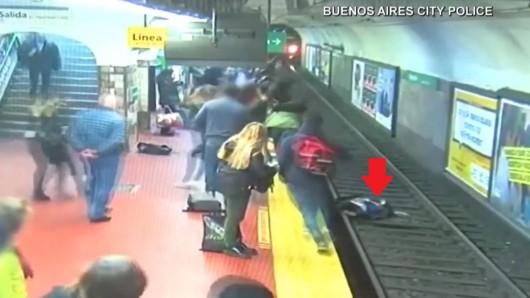 Vorne liegte eine Frau auf den Gleisen. Hinten rauscht eine U-Bahn an.