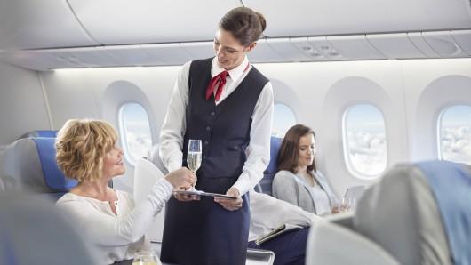 Flugzeug: Mit einer bestimmten Getränke-Bestellung kannst du Flugbegleiter vor Probleme stellen. (Symbolbild)