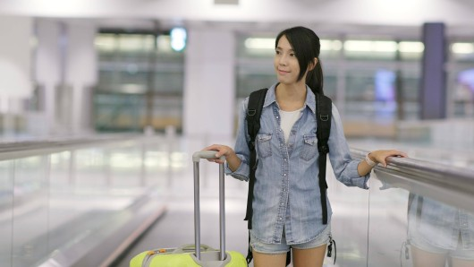 Bestimmte Klamotten können es für dich tatsächlich schwer bis unmöglich machen, ins Flugzeug gelassen zu werden. (Symbolbild)