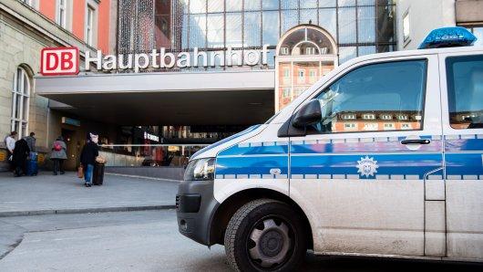 München: Die Polizei steht am Hauptbahnhof. Hier wurde am Morgen ein Polizist niedergestochen.