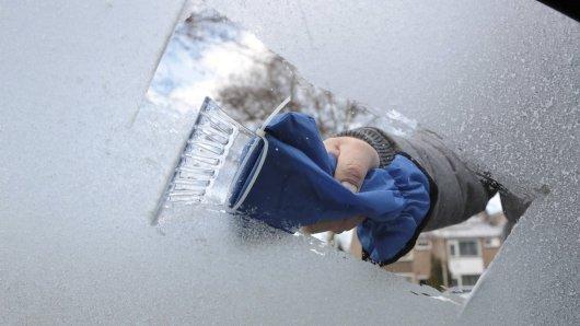 Nie wieder Eis kratzen: Mit diesem Trick kriegst du deine vereiste Windschutzscheibe ruckzuck frei. (Symbolbild)