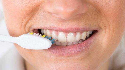 Ein Zahnarzt warnt vor Fehlern beim Zähne putzen, die wir alle täglich machen. (Symbolfoto)